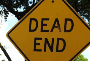 A dead end road sign.